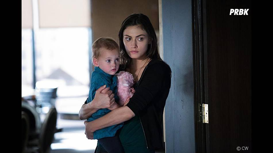 The Originals saison 3, épisode 22 : Hayley (Phoebe Tonkin) et Hope sur une photo