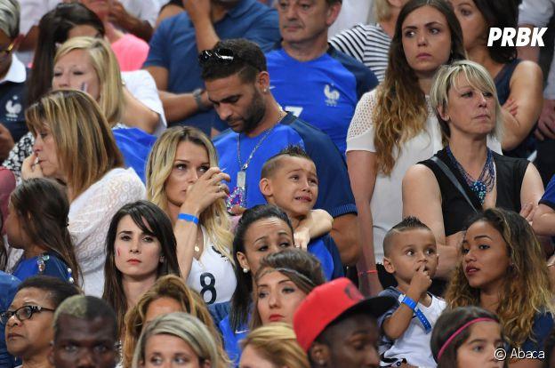 Ludivine Payet et son fils Noa en pleurs après la défaite des Bleus