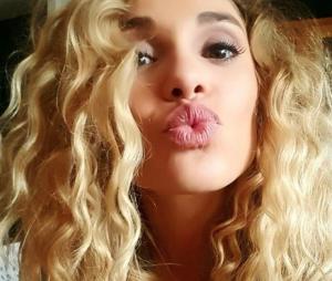 Joy Esther de Nos Chers Voisins s'affiche topless sur Instagram.