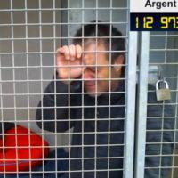 """Rémi Gaillard : enfermé dans une cage pour la SPA, il craque : """"je n'en peux plus"""""""