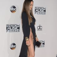Chrissy Teigen : sans culotte sur le tapis rouge des AMA 2016 🙈 Elle nous fait une Afida Turner