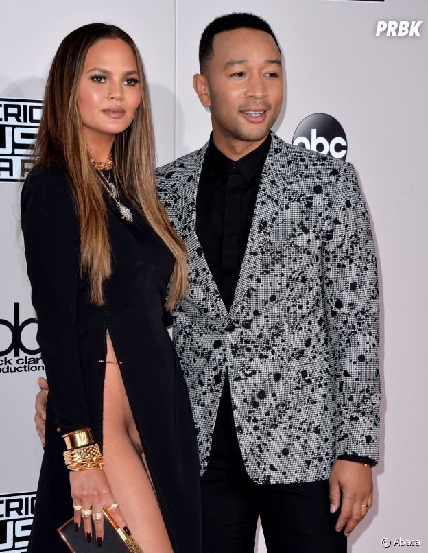 chrissy teigen sans culotte sur le tapis rouge des ama 2016 elle nous fait une afida turner. Black Bedroom Furniture Sets. Home Design Ideas