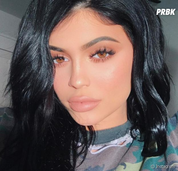 """Kylie Jenner : énorme bad buzz sur Twitter autour de sa nouvelle palette """"Royal Peach""""."""