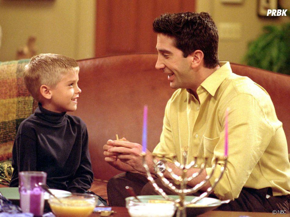 Cole Sprouse interprétait le fils de Ross dans la série Friends