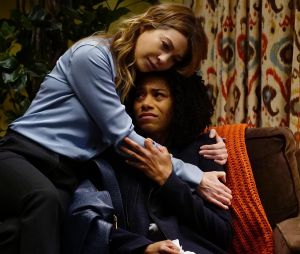 Grey's Anatomy saison 13, épisode 19 : Meredith (Ellen Pompeo) et Maggie (Kelly McCreary) sur une photo