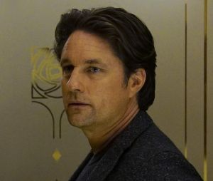 Grey's Anatomy saison 13, épisode 19 : Riggs (Martin Henderson)sur une photo