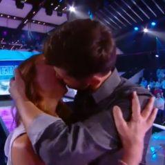 Christophe Beaugrand embrasse la mère de Julien Geloën et c'est gênant