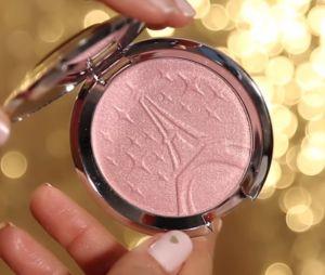 Sananas en collaboration avec Becca Cosmetics : la Youtubeuse dévoile leur highlighter en vidéo !