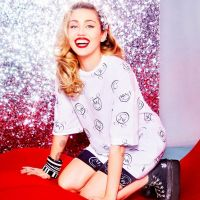 Converse x Miley Cyrus : une collection de vêtements et sneakers disco