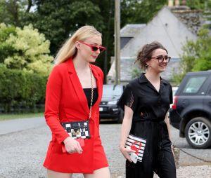 Sophie Turner et Maisie Williams arrivent au mariage de Kit Harington et Rose Leslie le 23 juin 2018 en Ecosse