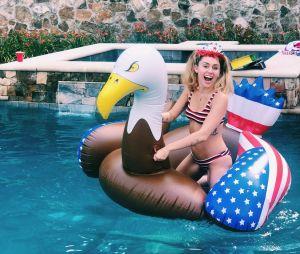Miley Cyrus en mode piscine pour le 4 juillet 2018