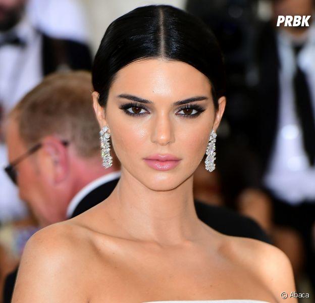 """Kendall Jenner crée (encore) un bad buzz et se met les mannequins à dos : la star avoue être """"sélective"""" pour les défilés de mode, ne comprenant comment font """"ces filles"""" qui en font 30."""