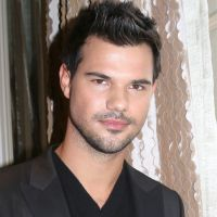 Taylor Lautner en couple : il officialise avec sa nouvelle petite amie ❤