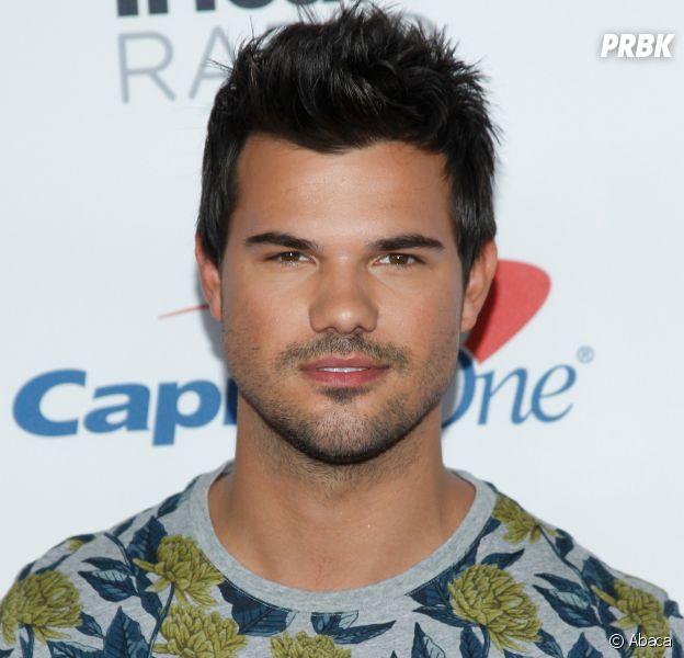 Taylor Lautner en couple : il officialise avec sa nouvelle petite amie