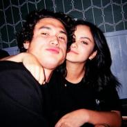 """Camila Mendes : furieuse d'un commentaire sur son couple avec Charles Melton, elle recadre un """"fan"""""""