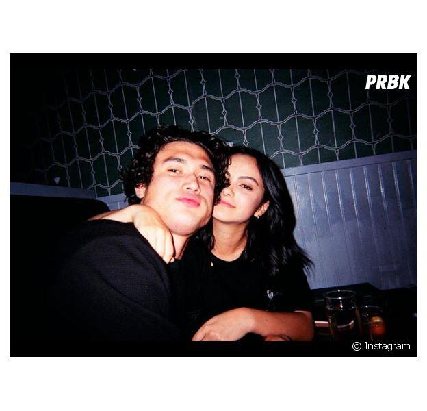 Camila Mendes critiquée pour son couple avec Charles Melton : elle tacle violemment un internaute