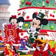 Disneyland Paris : Mickey, Minnie et Donald pendant la parade de Noël