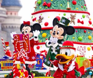 Disneyland Paris : Mickey, Minnie et Donald pendant la parade de Noël