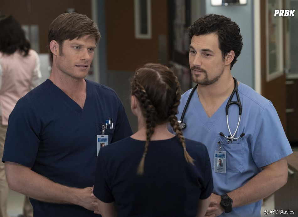 Grey's Anatomy saison 15, épisode 9 : Link (Chris Carmack) et DeLuca (Giacomo Gianniotti) sur une photo