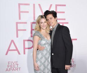 Cole Sprouse et Lili Reinhart prennent la pose à l'avant-première du film Five Feet Apart le 7 mars 2019