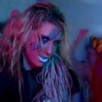 Kesha ... Regardez la nouvelle version de son clip Take It Off