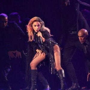 Lady Gaga : portée par un fan, elle fait une énorme chute en plein concert