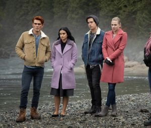 Riverdale saison 4, épisode 9 : Archie, Veronica, Jughead, Betty et Toni sur une photo