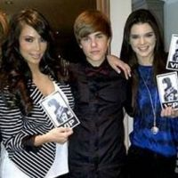 Justin Bieber ... les soeurs Kardashian font de la pub pour son film ... la preuve