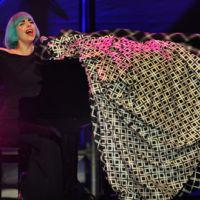 VIDEO : Lady Gaga fidèle à elle-même dans La boîte à questions