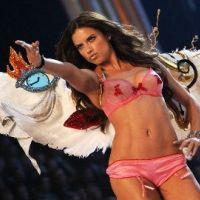Victoria's Secret : la nouvelle gamme de produits présentée par les mannequins en sous-vêtements (VIDEO)