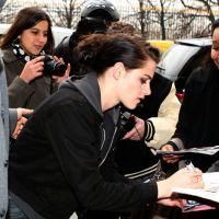 Kristen Stewart à Paris : sa virée shopping avenue Montaigne (PHOTOS)