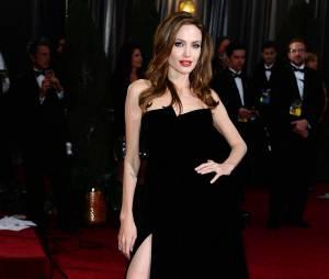 Angelina Jolie, avec sa fameuse jambe droite sur le tapis rouge