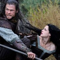 Kristen Stewart : Blanche Neige se transforme en sorcière et taille Chris Hemsworth !