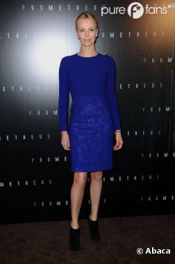 Charlize Theron voit la vie en bleu à Paris