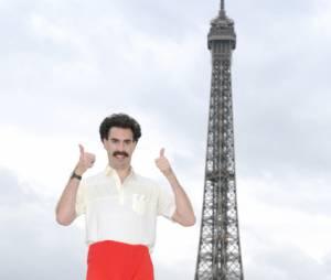 Borat, toujours aussi classe devant la Tour Eiffel !