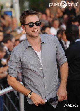 Robert Pattinson joue les playboy au Festival de Cannes