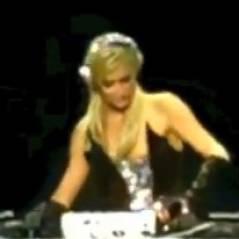 Paris Hilton joue les DJ et se tape la honte, fail ! (VIDEO)