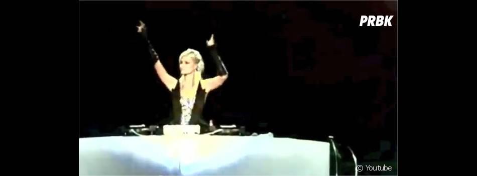 Paris Hilton agite les bras comme David Guetta
