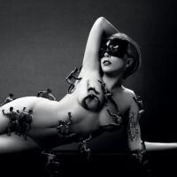 Lady Gaga : nue et entourée de mini mecs pour son parfum Fame (PHOTO)