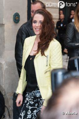 Kristen Stewart souriante à la Fashion Week de PAris le 27 septembre 2012
