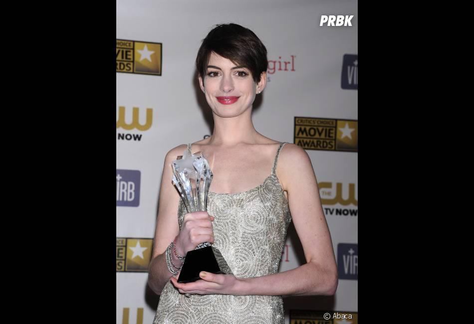 Anne Hathaway remporte le trophée de Meilleure actrice dans un second rôle aux Critics' Choice Awards