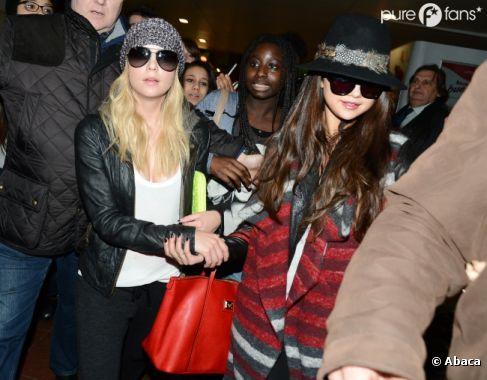 Selena Gomez et Ashley Benson arrivent à Roissy le 16 février 2013 pour la promo Spring Breakers