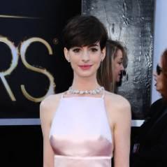 """Anne Hathaway : sa """"robe tétons"""" aux Oscars ? Elle adore autant qu'elle regrette"""