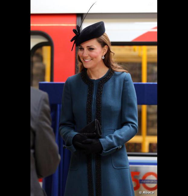 Kate Middleton découvre le nouveau métro avec le sourire