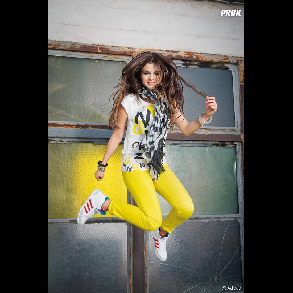 Selena Gomez éclatante en jaune pour la campagne de publicité Adidas Neo.