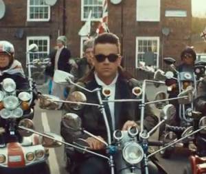 Robbie Williams sur son mini-scooter