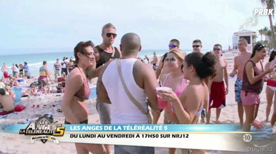 Les Anges 5 : Marc attire toutes les filles de la plage.