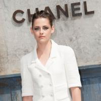 Kristen Stewart sexy-rock à Paris : mini short et gants en cuir au défilé Chanel