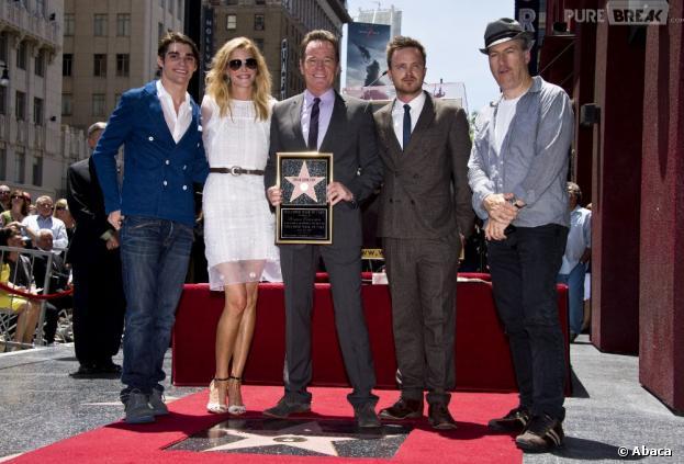 Bryan Cranston entouré de ses partenaires sur Breaking Bad lors de l'inauguration de son étoile sur le Walk of Fame