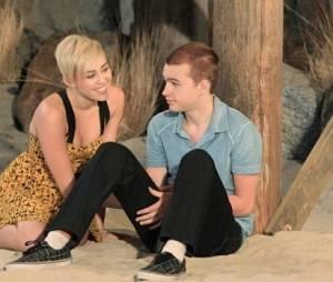 Mon Oncle Charlie :Angus T. Jones et Miley Cyrus dans la saison 10